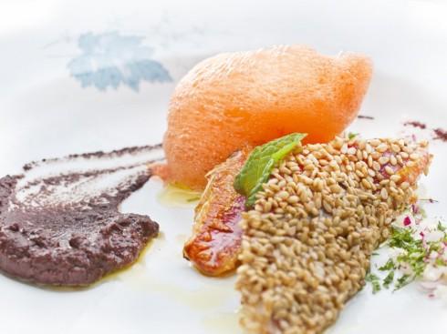 Aire de zanahoria, salmonetes con sésamo & olivada